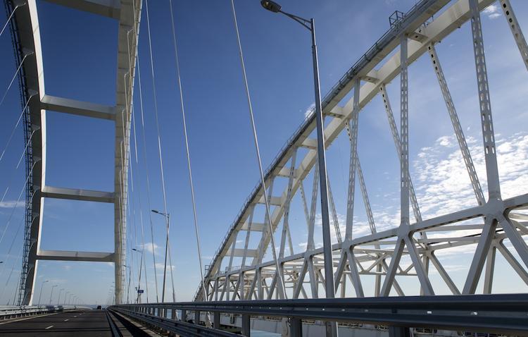20-метровый рисунок появился на опоре Крымского моста