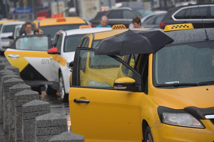 А я сяду в такси и уеду куда-нибудь... Довольны ли россияне современными таксистами?
