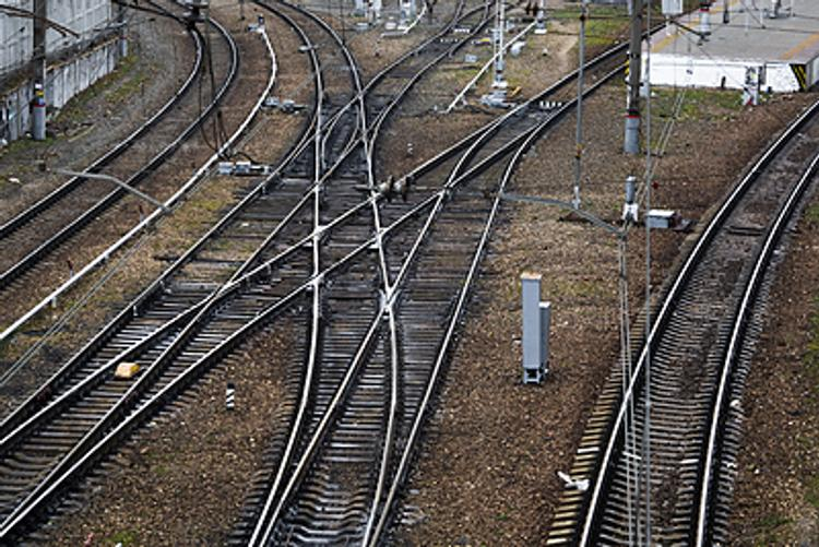 Поезд сбил женщину на станции
