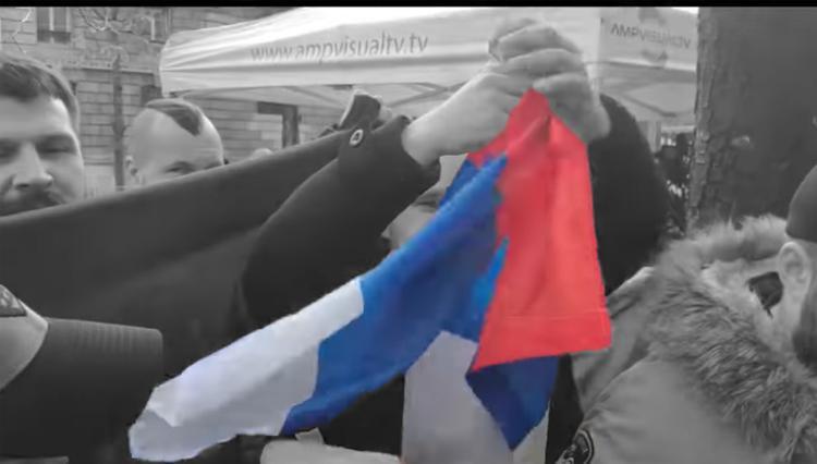 Украинские националисты в Париже разорвали российский флаг
