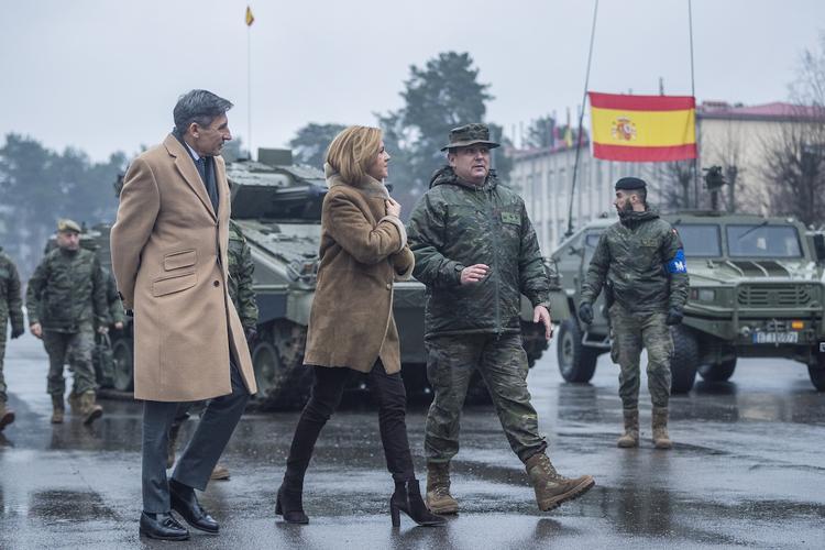 Испанские солдаты замерзают на границе с Россией