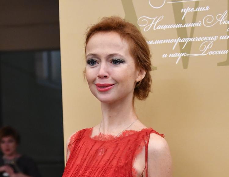 Фигура 44-летней актрисы Елены Захаровой в обтягивающем блестящем платье восхитила поклонников