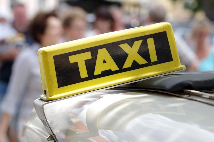 Неизвестные расстреляли и ограбили такси на юго-западе Москвы