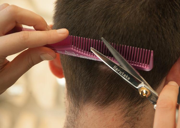В Волгоградской области учительница во время зачета отстригла ученику волосы