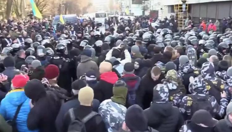 У Рады проходят стычки митингующих с полицией