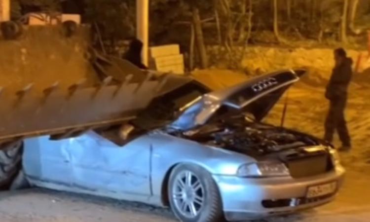 Водитель трактора  в Севастополе разозлился на шофера  иномарки и обрушил ковш на его  автомобиль