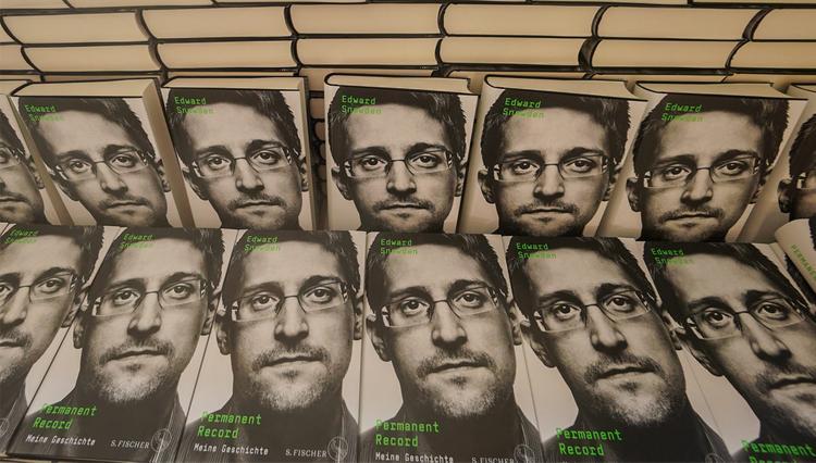 Вашингтон отсудил у Сноудена доходы от мемуаров
