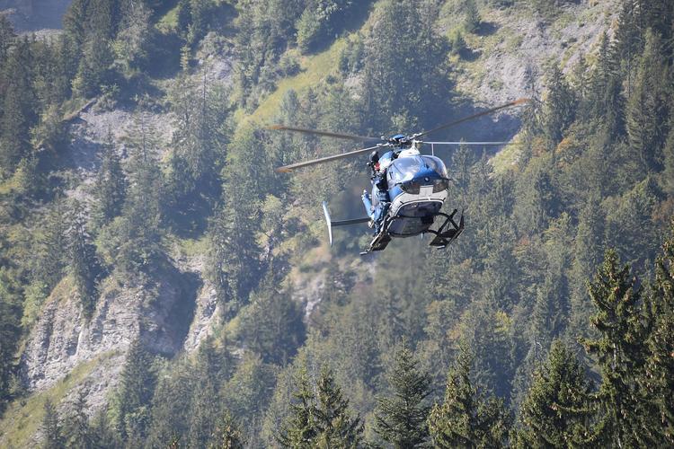 Развлечение не для бедных: в Карелии двое мужчин на спор сбросили машину с вертолета