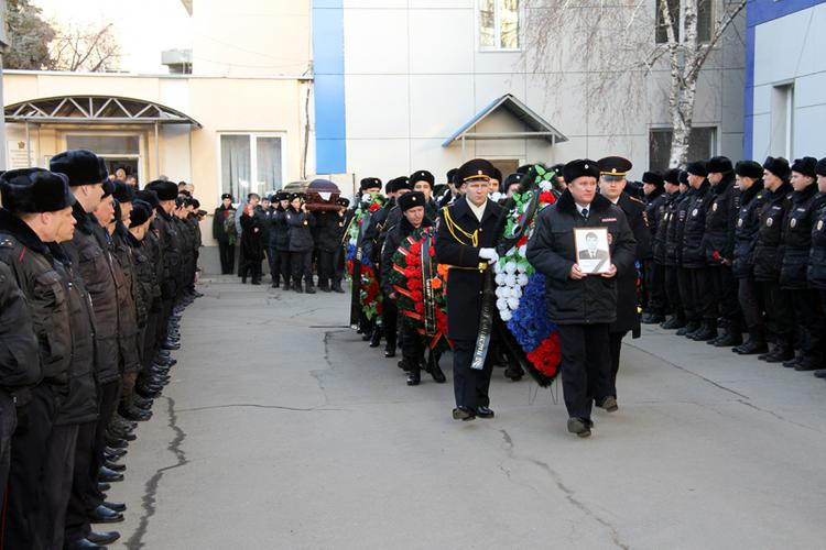 В Саратове проводили в последний путь полицейского, погибшего  при задержании