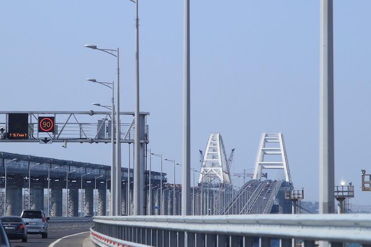 Путин едет по ж/д мосту через Керченский пролив в кабине машиниста