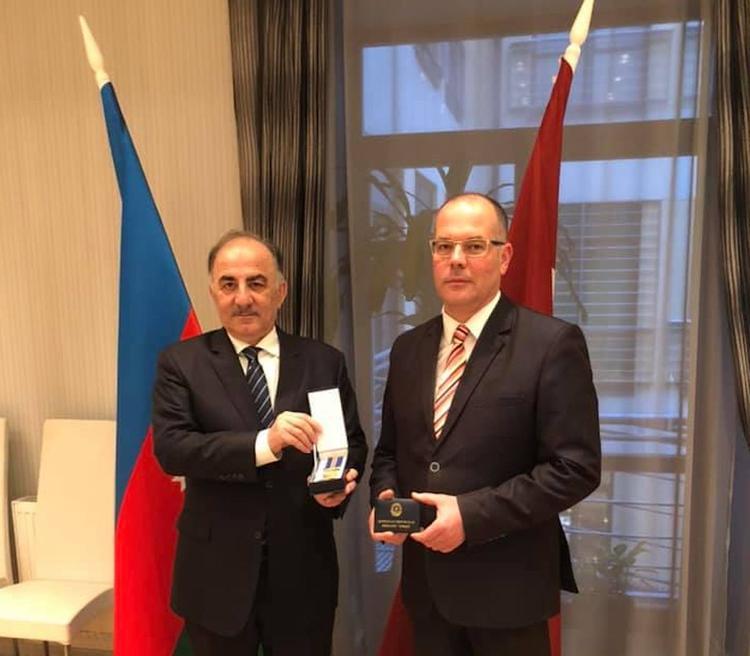 Азербайджан награждает Латвию