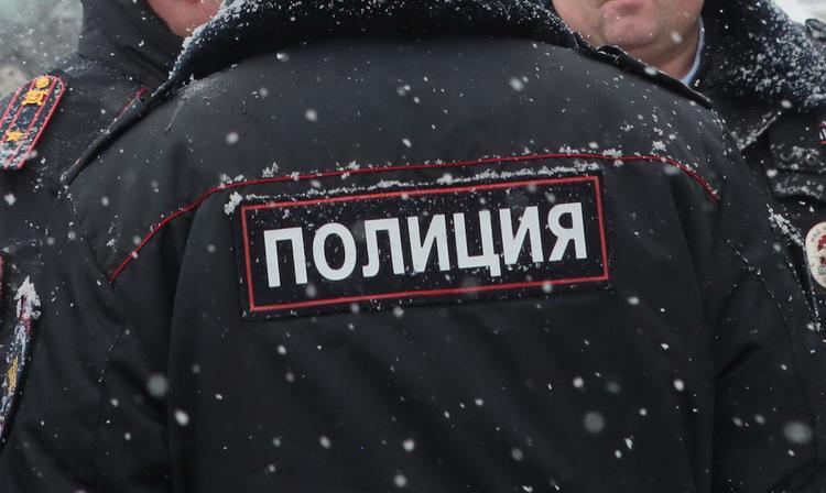 Злоумышленник напал на сотрудников полиции в подъезде дома в Новосибирске