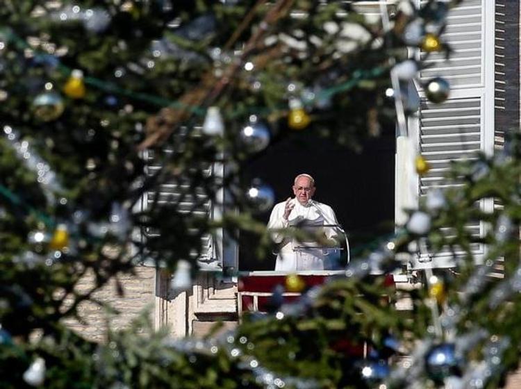 В сеть попало видео, как папа римский Франциск ударил женщину по руке на праздновании Нового года