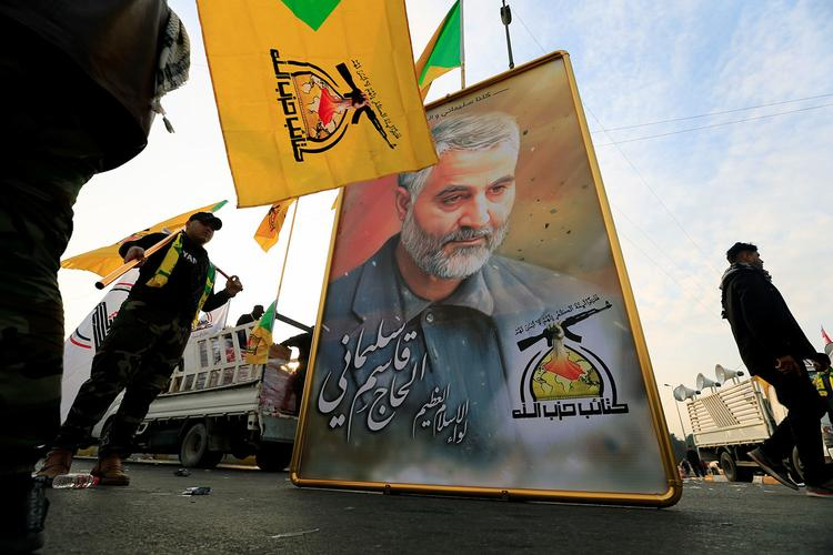 В Багдаде тысячи людей простились c иранским генералом Сулеймани