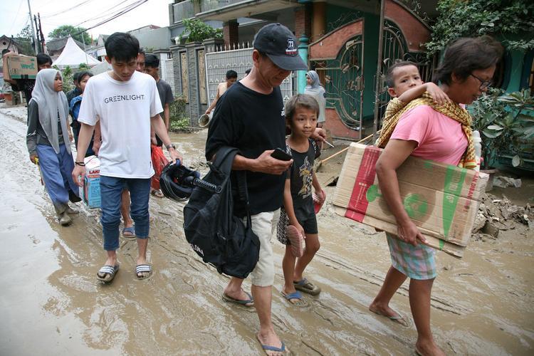 Количество жертв наводнения в Индонезии увеличилось до 53