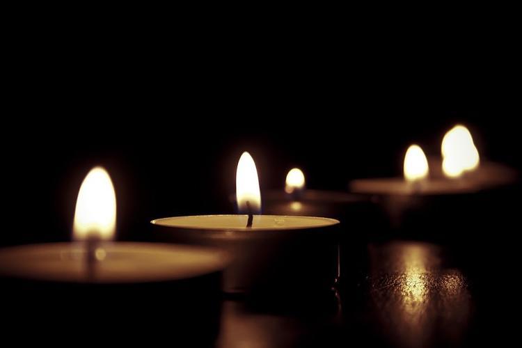 В МЧС призывают закатывать рукава во время зажигания свечей на Рождество