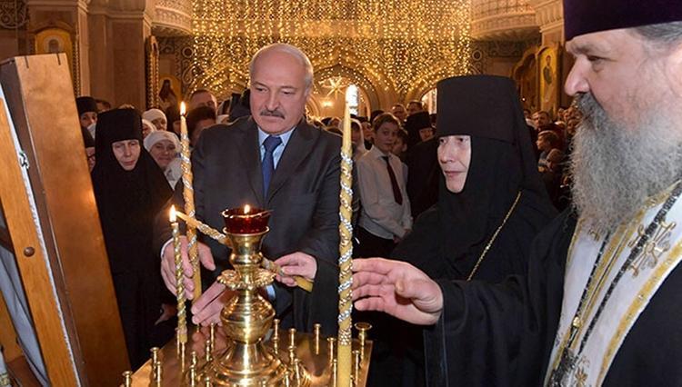 Обнародовано предсказание Лукашенко под иконами на следующий год