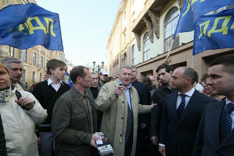 В ЛДПР прокомментировали раздачу Жириновским денег на Красной площади