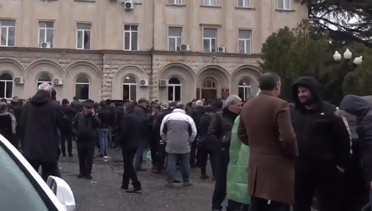В Абхазии добиваются отставки президента