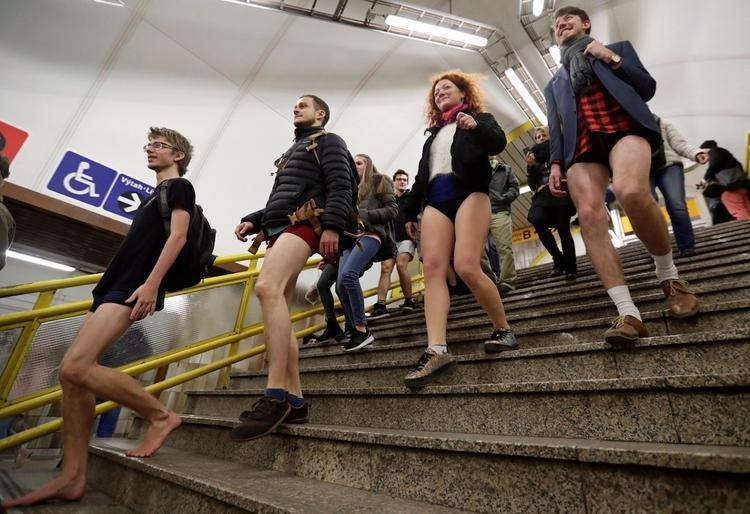 Прага: несколько десятков мужчин проехали в метро без штанов