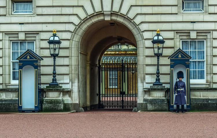 Королева Елизавета II поддержала решение принца Гарри и его жены отказаться от монаршьих привилегий
