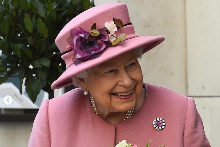 Королева Великобритании вышла в свет со слуховым аппаратом
