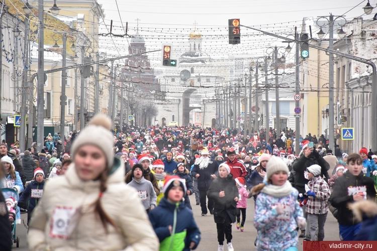 По Владимиру пробежалось более трех тысяч Дедов Морозов и Снегурочек