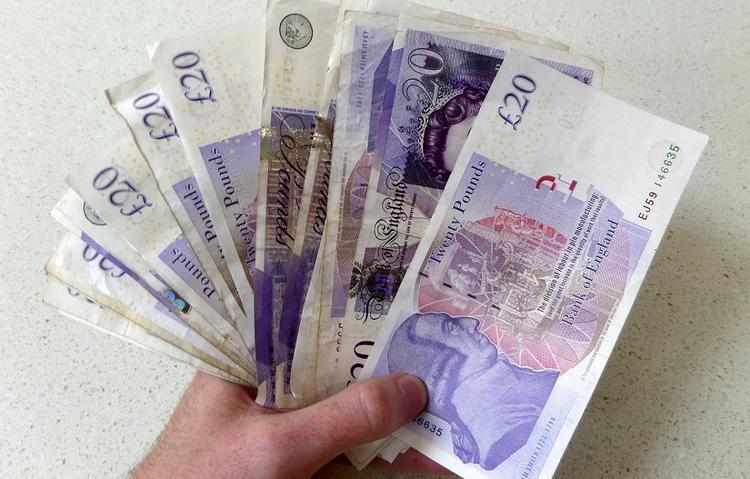 Двое британцев в течение пяти лет подбрасывали жителям деревни крупные суммы денег