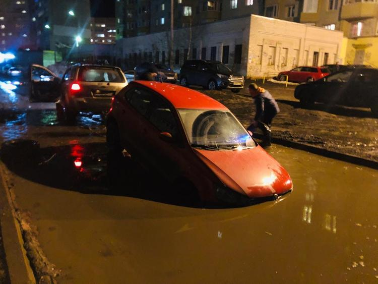 Жители Ярославля опубликовали фото, как в большой луже  около дома утонули  пять автомобилей