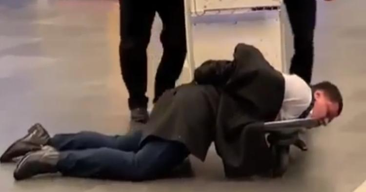 Пьяный «в дрова» авиадебошир, которого полиция катала на тележке во «Внуково», оказался российским чиновником