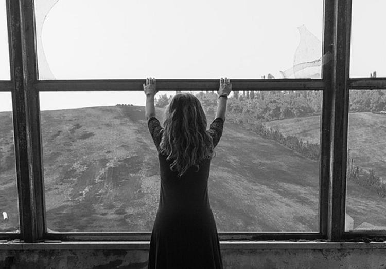 В Екатеринбурге девушка прыгнула из окна, не желая выходить замуж
