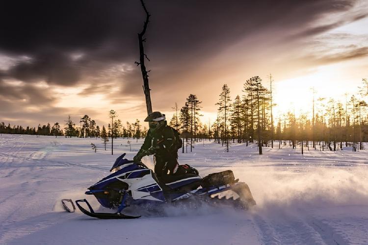 На Онежском озере три рыбака на снегоходе ушли под лед