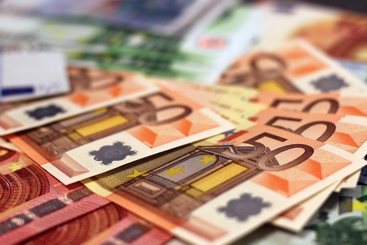 Гражданин России пытался провезти в Эстонию 130 тысяч евро в носках