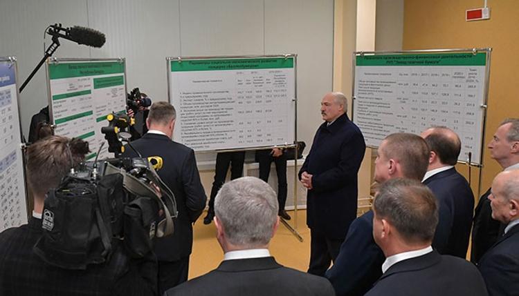Лукашенко заявил, что Россия поставила Беларусь  «раком» по углеводородам