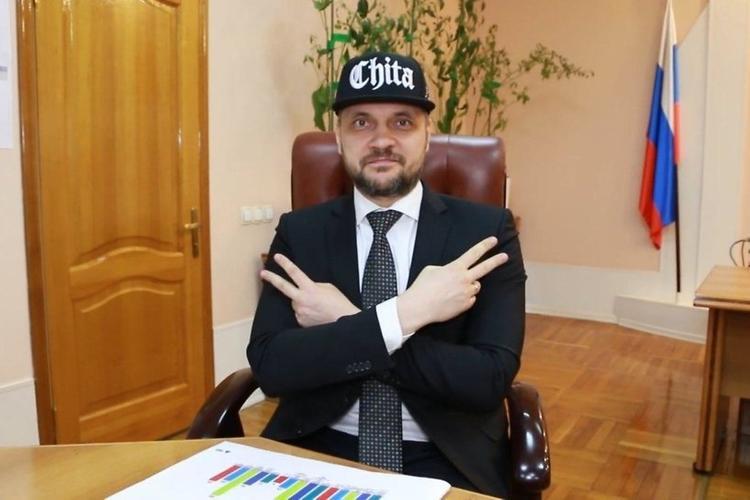 «Лучше бы работал, а он на батл с Оксимороном собрался», губернатор Забайкальского края поздравил студентов и зачитал рэп