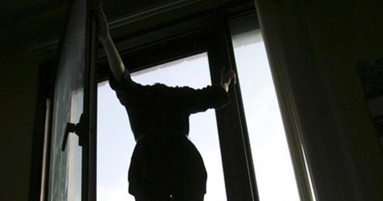 Вот что значит снежная зима. На видео девушка выпала из окна 9-го этажа, приземлилась в сугроб, встала и пошла на работу