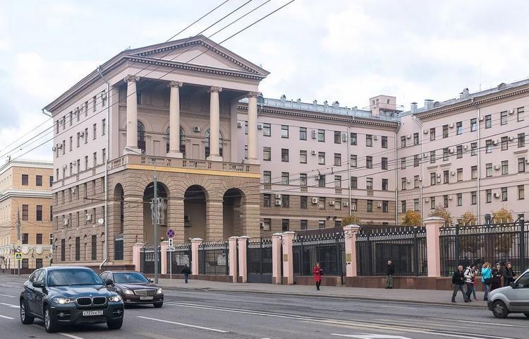 Пошел на таран. В Москве каршеринговый автомобиль въехал в здание главка полиции на Петровке, 38.