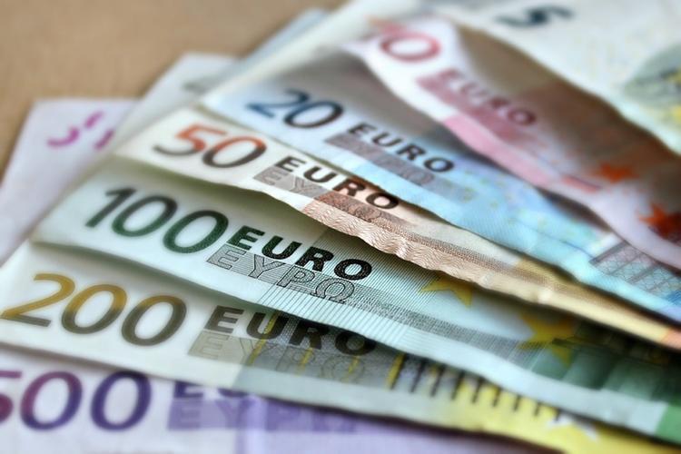 Курс евро вырос на 0,76 процента и составил 69 рублей