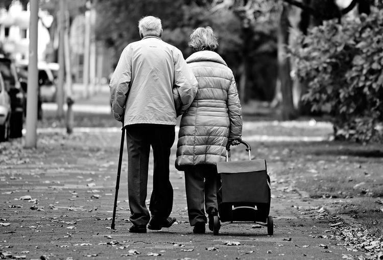 В Омске местный житель сыграл свадьбу в 92 года и умер