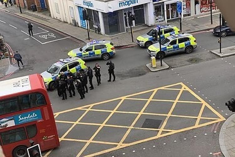 В Лондоне теракт  — неизвестный порезал ножом несколько человек