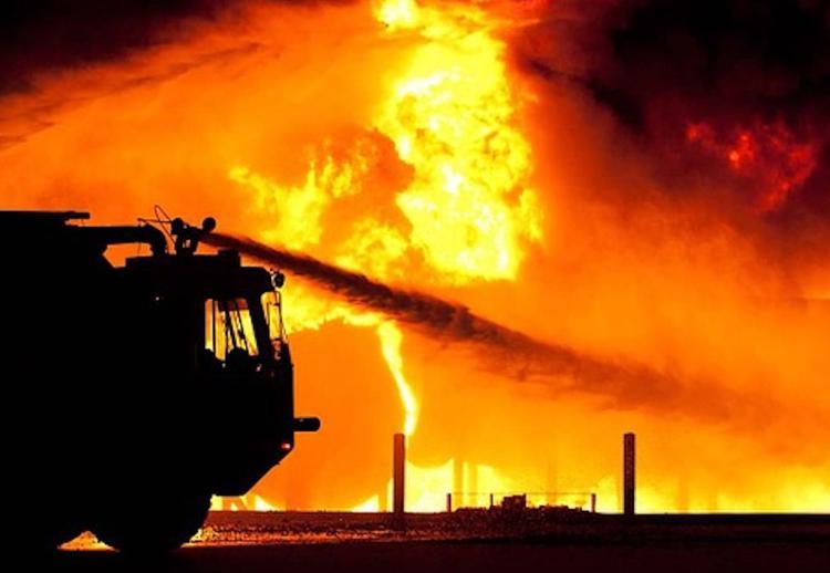 В Подмосковье горит склад на площади более 2 тысяч кв.м.