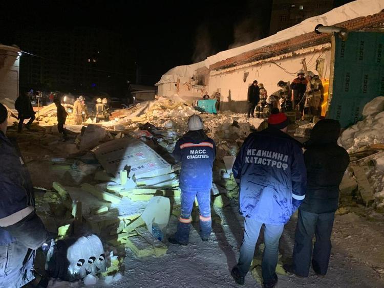 Появились подробности происшествия в Новосибирске, где обрушилась крыша кафе, и погибла девушка