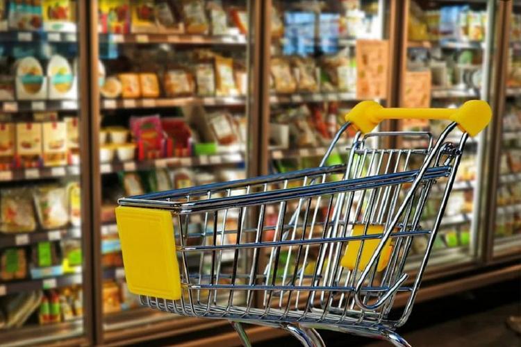 Россияне начали больше экономить на одежде и продуктах питания