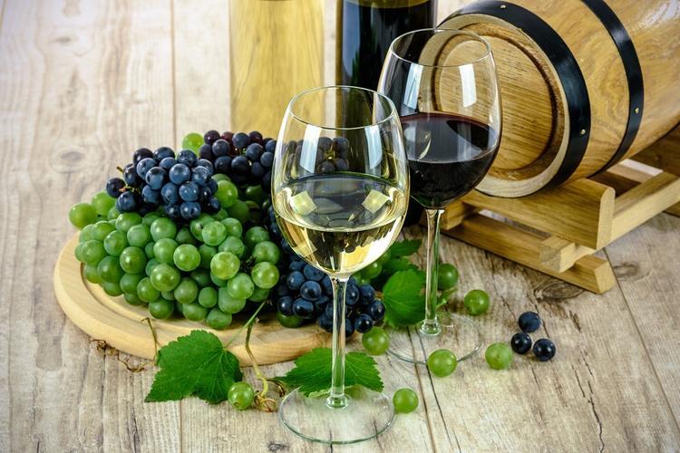 Нарколог объяснил, почему европейцам можно пить вино за ужином, а русским нельзя