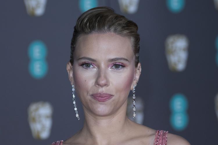 В сети обсуждают снимки нетрезвой актрисы Скарлетт Йоханссон в рваных колготках