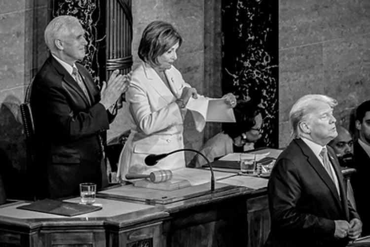 В сети появилось фото, как Пелоси рвет текст выступления Трампа