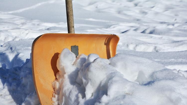 Под Новосибирском пенсионер погиб из-за снежной массы с крыши