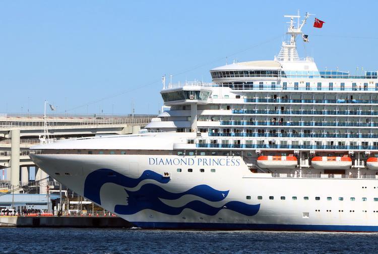Власти Японии эвакуируют с лайнера Diamond Princess пожилых и больных пассажиров