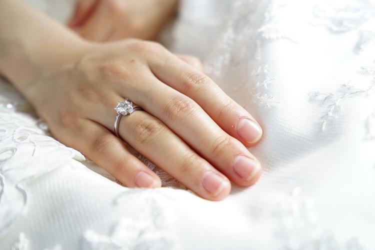 Латвийский священник решил раздать влюбленным 30 помолвочных колец