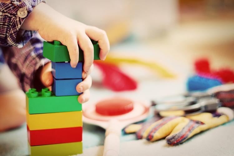 Материнский капитал предложили потратить на игрушки и тетрадки